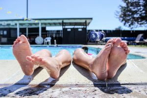 Kids toes outside of the pool